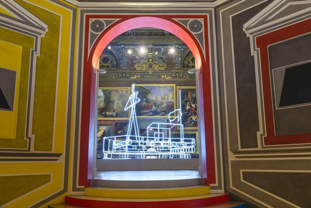Nathalie Talec, « In search of the miraculous », Musée de Picardie, grand salon, au premier plan Walldrawing #711 une œuvre de Sol LeWitt