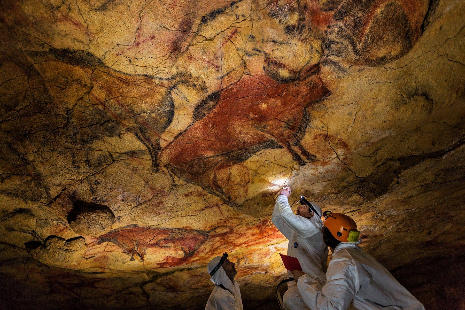 Unos científicos toman muestras del techo policromado de la cueva de Altamira