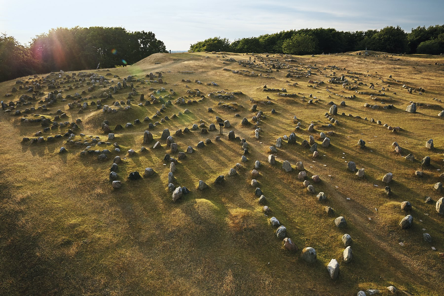Necrópolis salpicada de piedras alineadas de tal modo que representan cascos de barcos