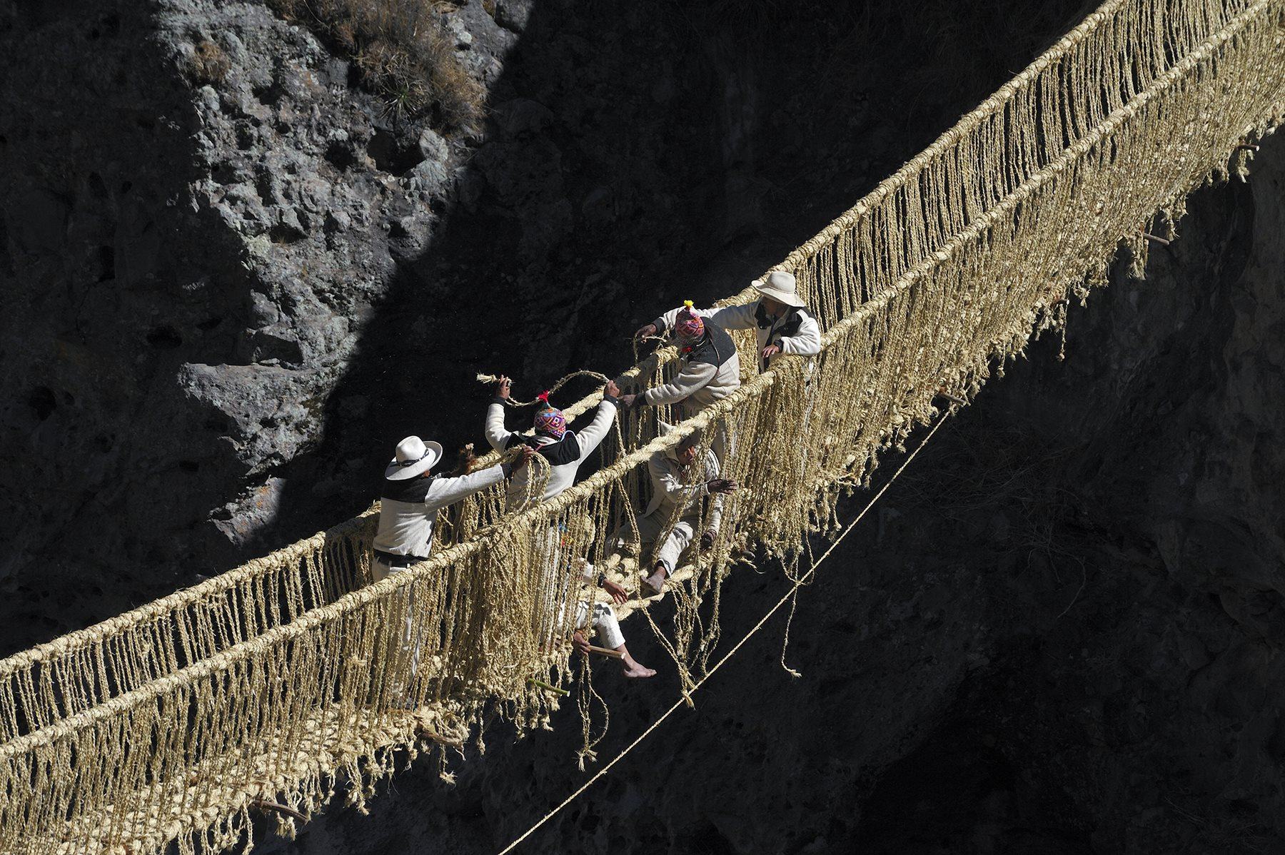 El Q'eswachaka («puente de cuerda» en quechua), suspendido sobre un desfiladero del río Apurímac