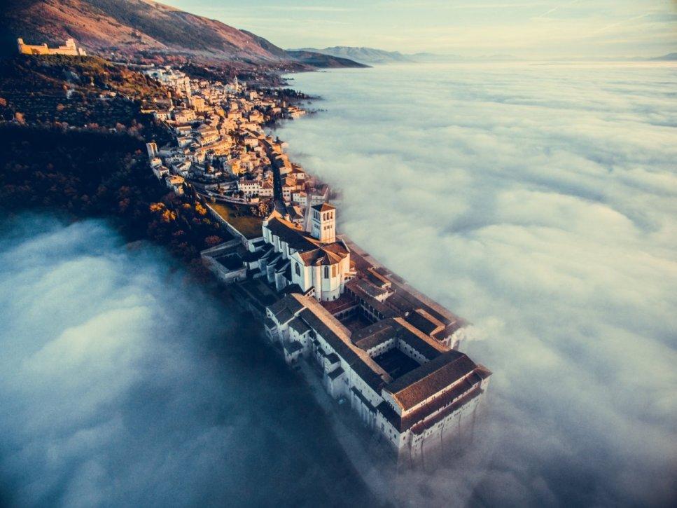 """""""Assisi Over the Clouds"""". """"Assisi Over the Clouds"""" (Asís sobre las Nubes)"""