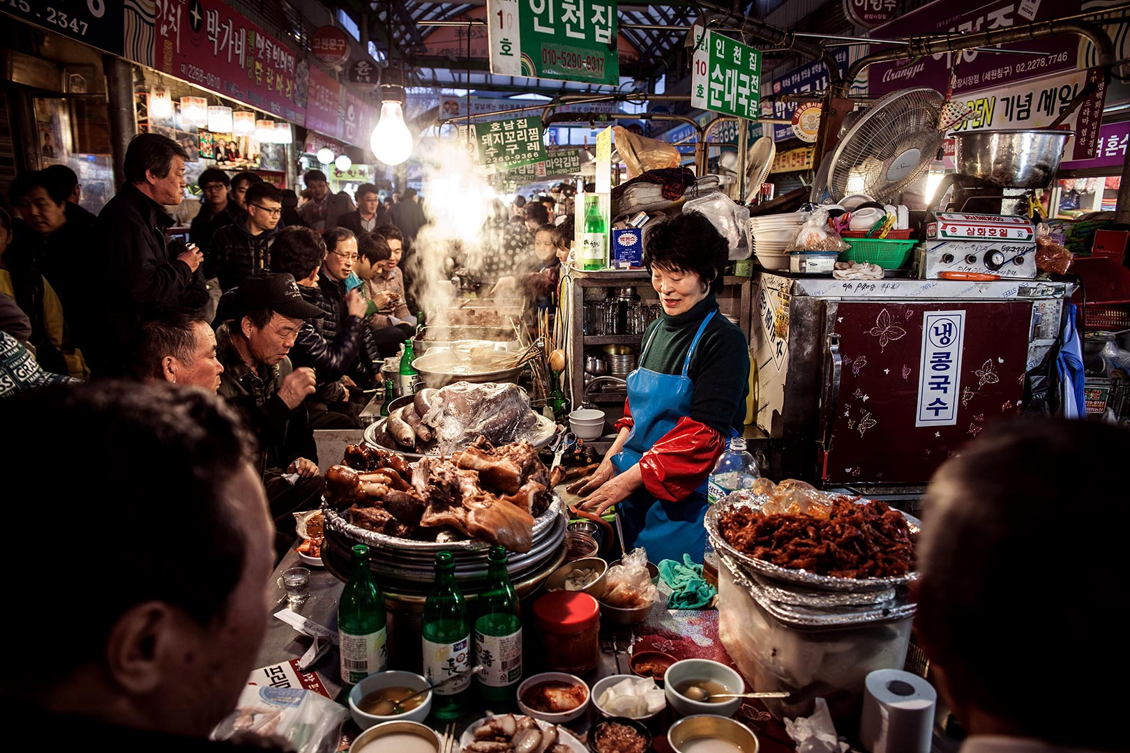 Picture of food vendors serving meals, Seoul, South Korea