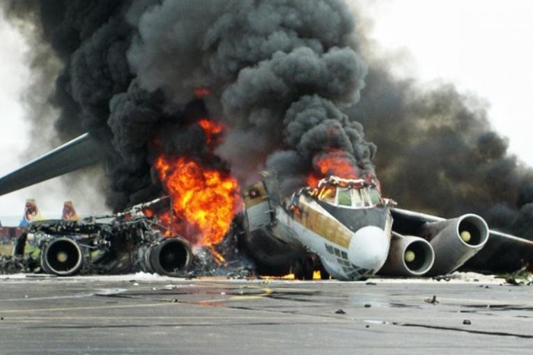 ZECI DE ROMANI ERAU SA MOARA IN URMA CU PUTIN TIMP. Avionul de pe cursa Birmingham - Bucureşti a lovit pista la decolare