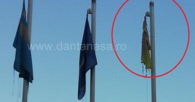 În ce țară trăim?! Așa arată drapelul României arborat în fața Casei de Cultură!