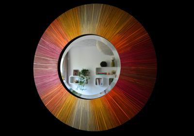 Collection de miroirs sur-mesure aux couleurs chaudes et réalisés à partir de la délicate technique de marqueterie de paille