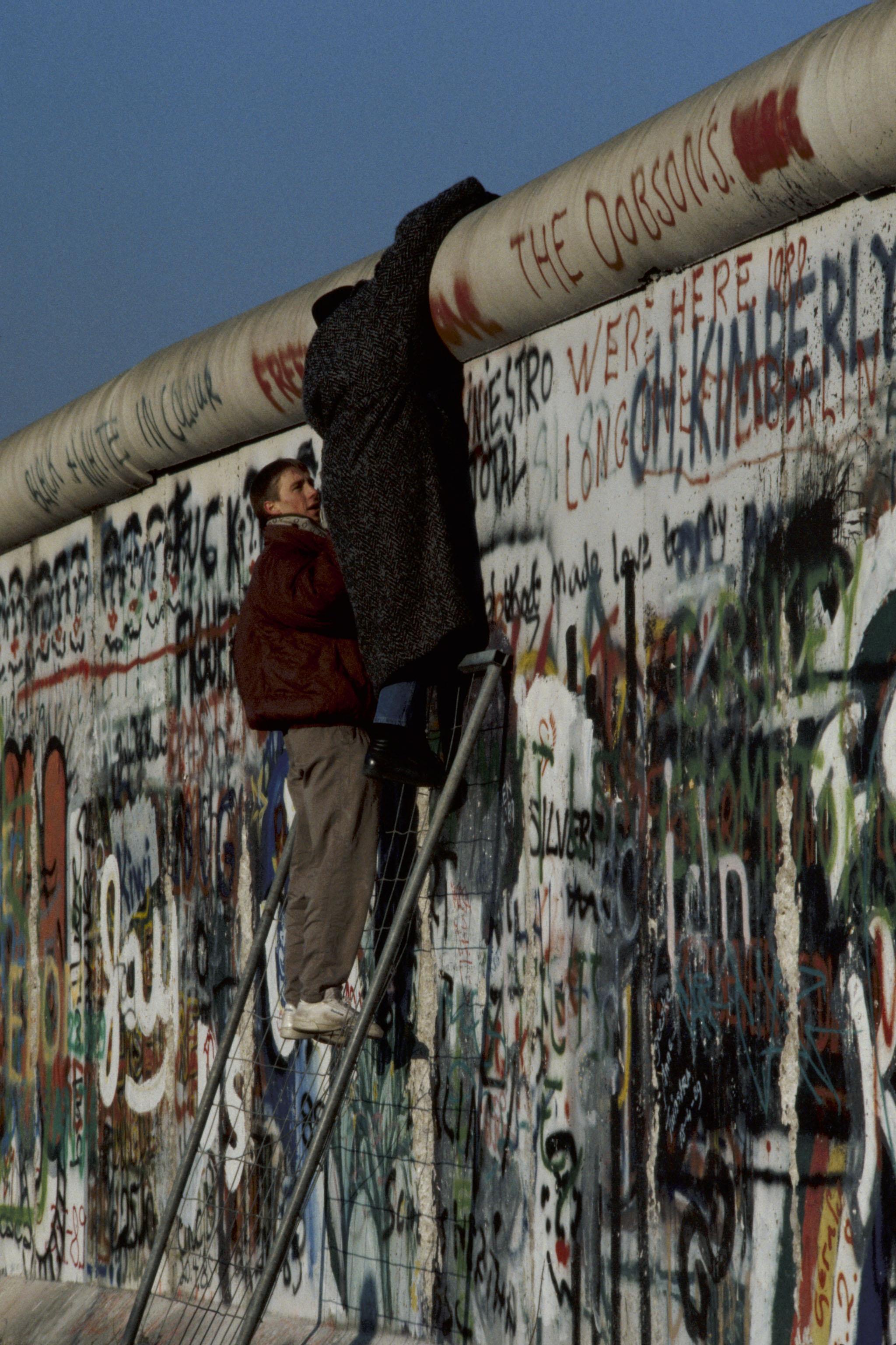 November Fall Wallpaper Nato Media Library Fall Of The Berlin Wall 1 November 1989