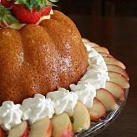 Babà con bagna al lime, panna montata e frutta fresca