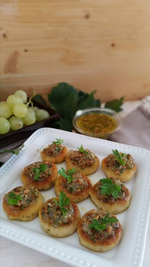 Cakes di ricotta e formaggi con pesto d'uva