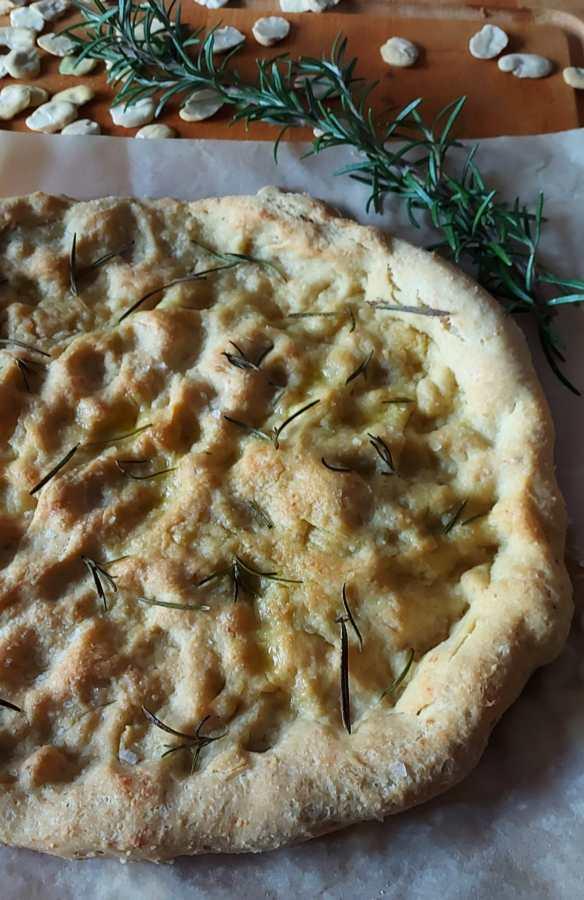 Focaccia con farina di fave, farina di farro e rosmarino
