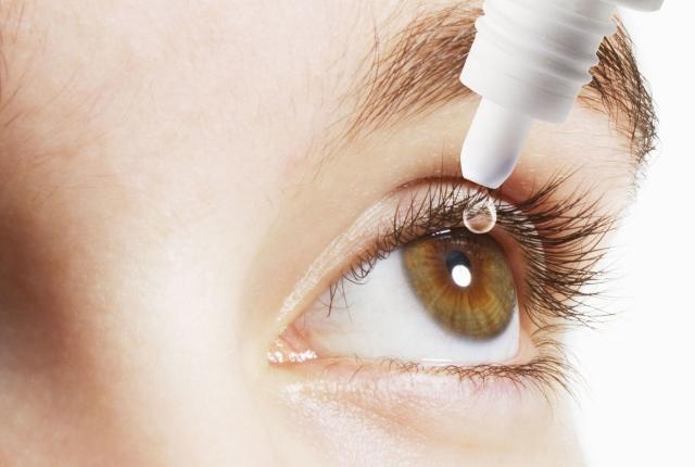 Applying Non-Acidic Liquid To The Eyes