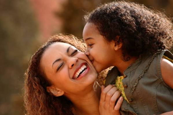 How to Develop a Natural Hair Care Regimen for Your Daughter