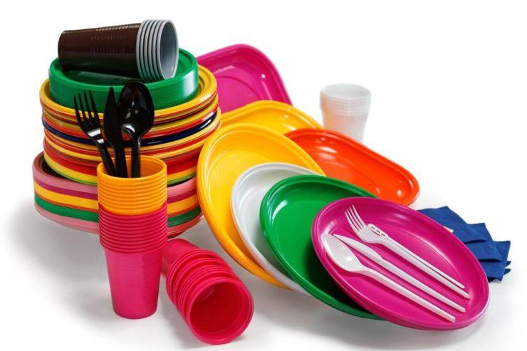piatti e bicchieri in plastica colorata