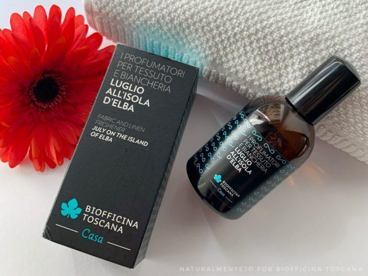 Profumatore per tessuti luglio all'isola d'Elba Biofficina Toscana (pack in vetro scuro con spray ed etichetta nera-verde acqua)