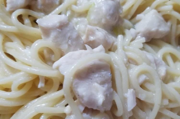 Pasta blanca con pollo