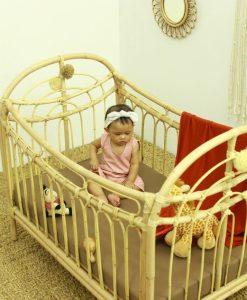 سرير أطفال من الخيزران بألوان قوس قزح