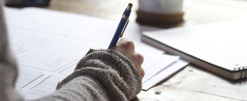 Écrire est une activité très utile pour aller mieux et combattre la dépression et les moments où l'on a pas le moral. Avec un journal intime ou un bullet journal on peut coucher sur le papier ses émotions et garder une trace de l'évolution de son développement personnel.