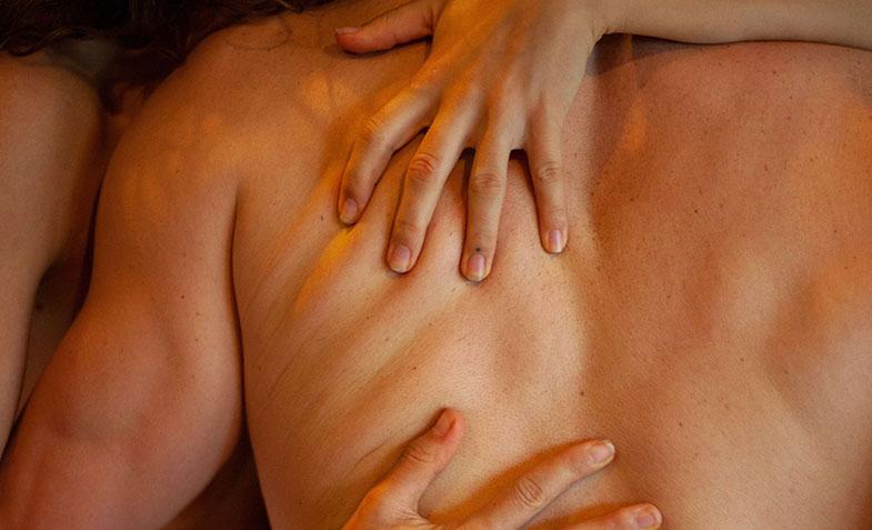 Couple enlacé avant un acte sexuel : la sexualité passe par la maîtrise de l'éjaculation et de l'orgasme