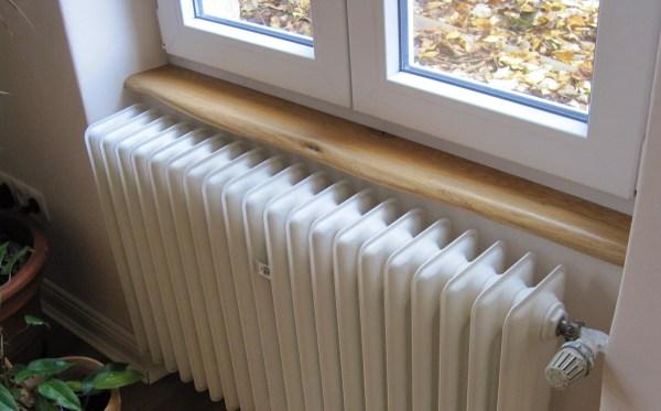Holzfensterbank mit Naturkante aus Eiche oder Wildeiche mit Naturkante, der natürlichen Baumkante