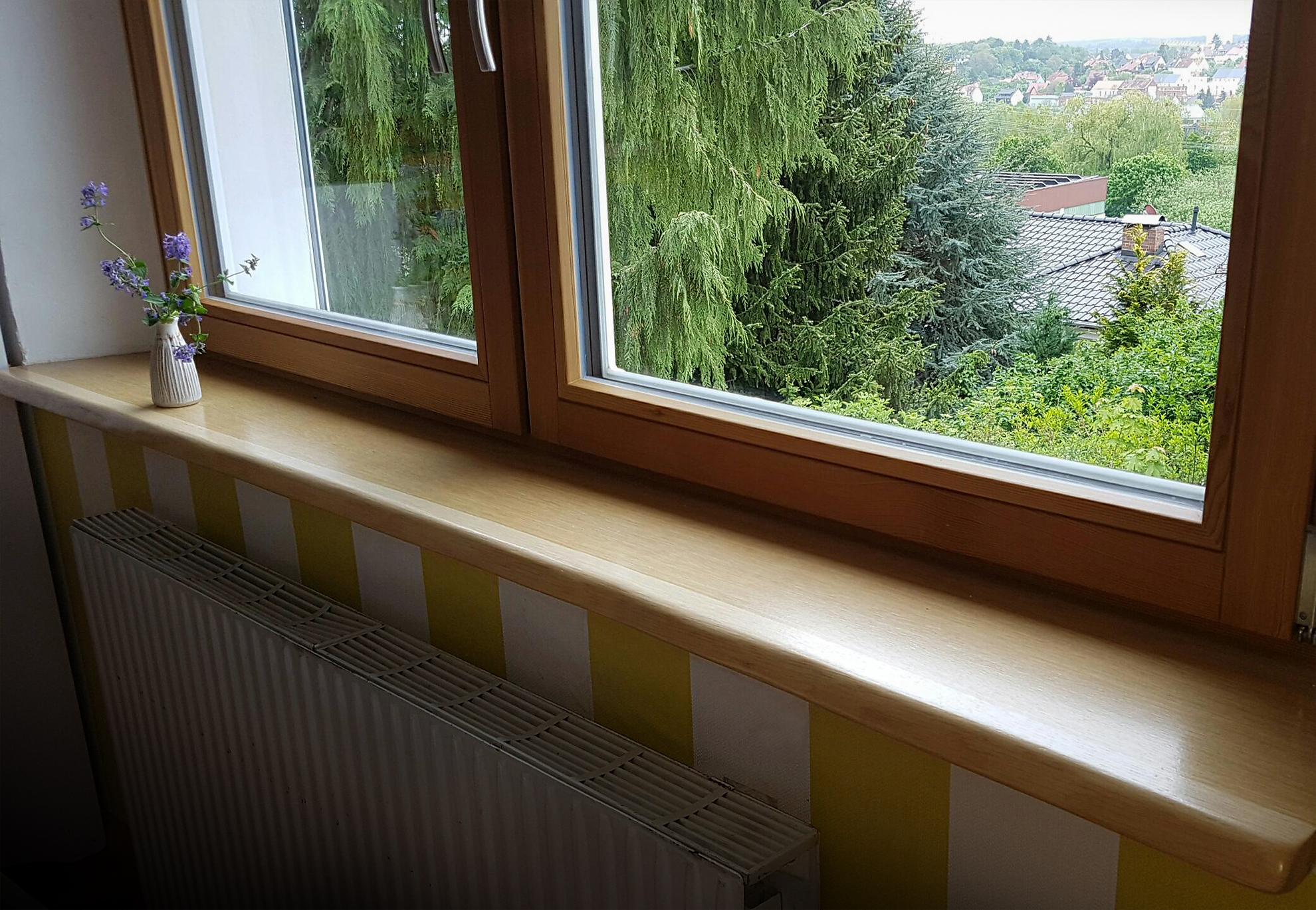Eichen-Holzfensterbank mit Naturkante bzw. Baumkante oder Live-Edge, fertig eingebaut