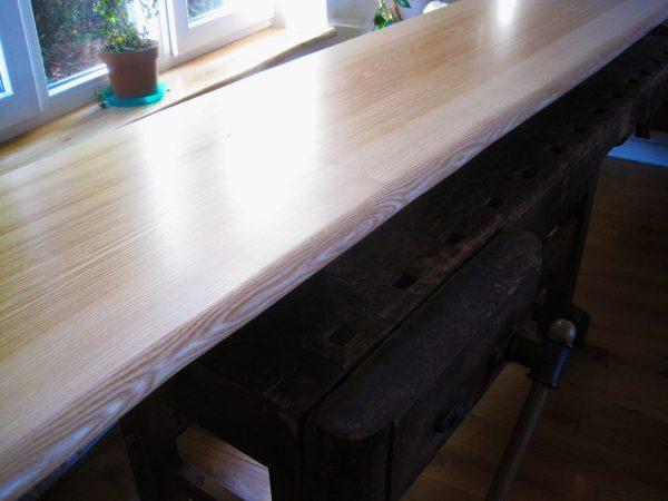Tischplatte oder Sitzbank oder Besprechnungstischplatte aus Esche mit Baumkante, Naturkante, Live-Edge