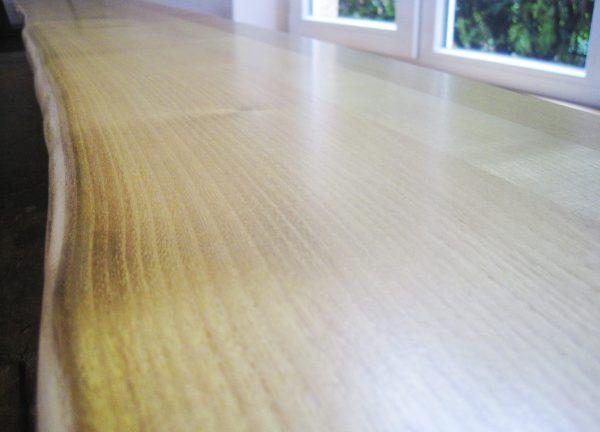 Tresen- oder Theken-Holzplatte, Tischplatte aus Robinie bzw. falscher Akazie mit Naturkante bzw. Live-Edge bzw. Baumkante