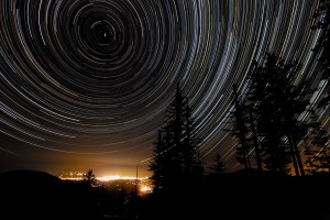 A photograph showing the rotation of the Earth in star trails around the North polar star.