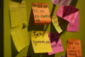 Post-it notes på væggen i Fredericia Ungdomshus