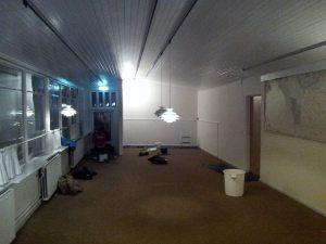 Ungdomshuset består først og fremmest af et lokale på 20*5 meter, men de unge har efterfølgende fået både thekøkken og et ekstra rum.