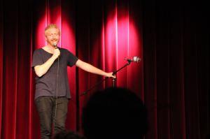 Karsten Green, der sammen med Rasmus Olsen og Mikkel Klint Thorius udgjorde aftenens komikertrio. Foto: IBUR