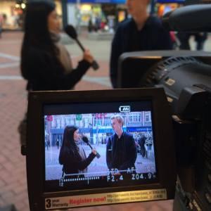 Eva Dong interviewer unge på gaden i Reading, England. Foto: Aalborg Ungebyråd