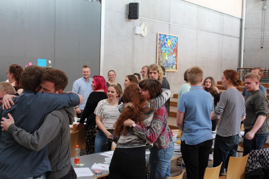 Workshoppen af Kathrine Skovsgaard startede med at alle krammede til højre og venstre.