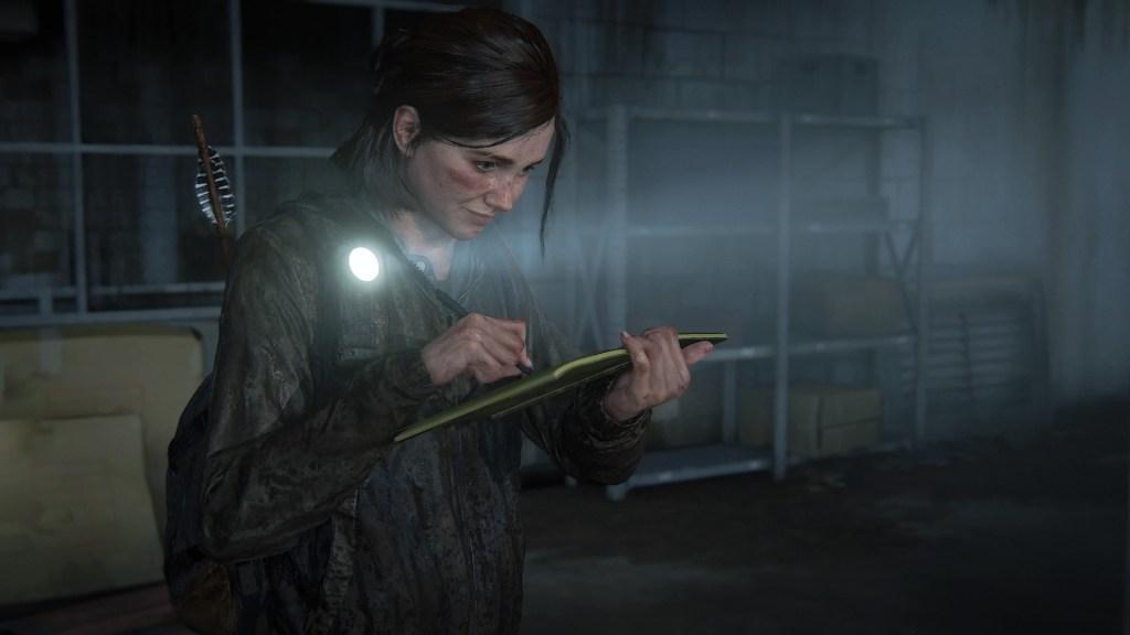 Screenshot de TLOU2 (Naughty Dog, 2021)- Ellie écrit dans son journal à la lumière de sa lampe torche