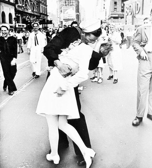 La famosa foto di Alfred Eisenstaedt Il Bacio del Marinaio