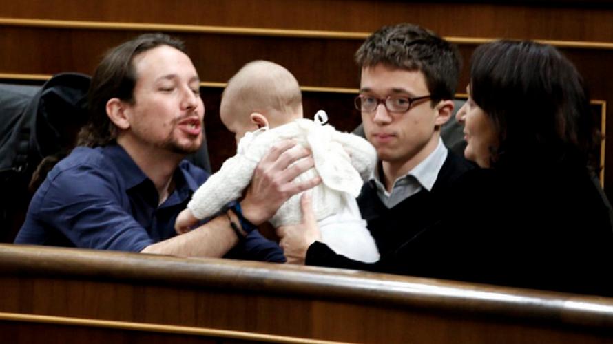 Foto de Pablo Iglesias con Errejón, Bescansa y su bebé. EP