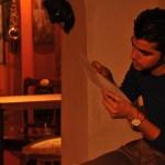 نەوا موکرجی لەکاتی لەبەرکردنی دەقی گۆرانیدا. فۆتۆ: بیار ڕەشید 2012