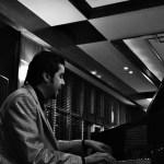 نەوا موکرجی لەکاتی پیانۆژەندن و گۆرانیبێژاندا. فۆتۆ: قادر فەرەجی 2011