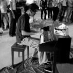 نەوا موکرجی لە ڕۆژی جەژنی موزیکدا لەسەر شەقامی سالم پیانۆدەژەنێ. 21 حوزەیران 2009