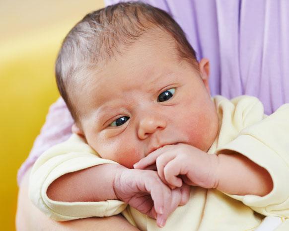 الحول طبيعي عند حديثي الولادة أم يجب التنبه له نواعم