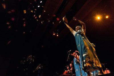 Les mélodies de l'archipel avec Nawal et les Femmes de la Lune, le 22 mars 2014 Auditorium Rafik Hariri,  Saison des Musicales 2013-2014, Institut du monde arabe. Franco-comorienne, Nawal avec six autres femmes de son Archipel,  ouvre les portes de l'arc