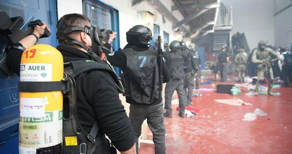 جنود الاحتلال الاسرائيلي يعتدون على الأسرى في السجون