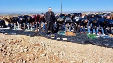 أهالي طوباس يؤدون صلاة الجمعة على شارع جرفه الاحتلال في تياسير