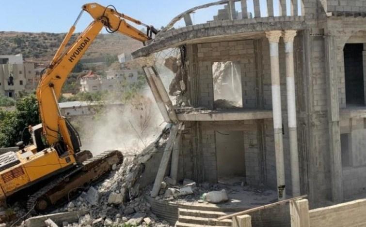 قوات الاحتلال تجبر مواطنا على هدم منزله