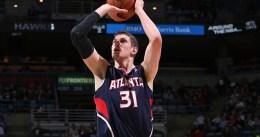Mike Muscala anota 17 puntos y los Atlanta Hawks alcanzan las 60 victorias