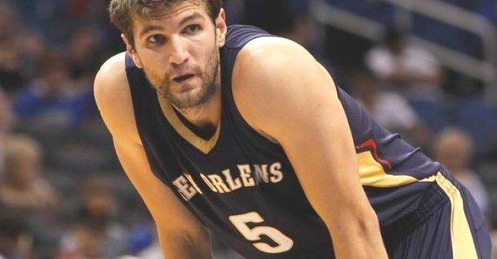 Jeff Withey firma con Dallas