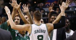 Jonas Jerebko y Amir Johnson seguirán en los Celtics