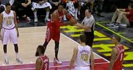 Dwight Howard, pillado echando pegamento al balón