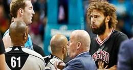 El doble codazo de Robin Lopez ante los Hornets