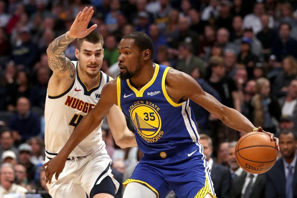 Curry y Thompson dirigen a Warriors, que imponen marca con 51 puntos