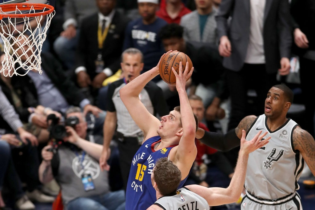 Nuggets vence a Spurs y empata la serie 2-2