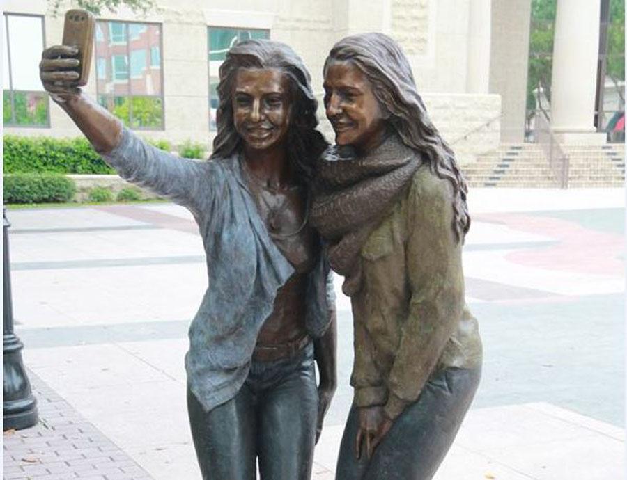 selfie statue_131866